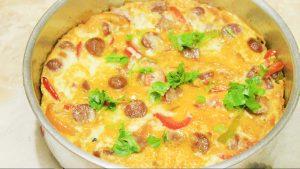 اومليت البيض بالسوسيس والجبنة