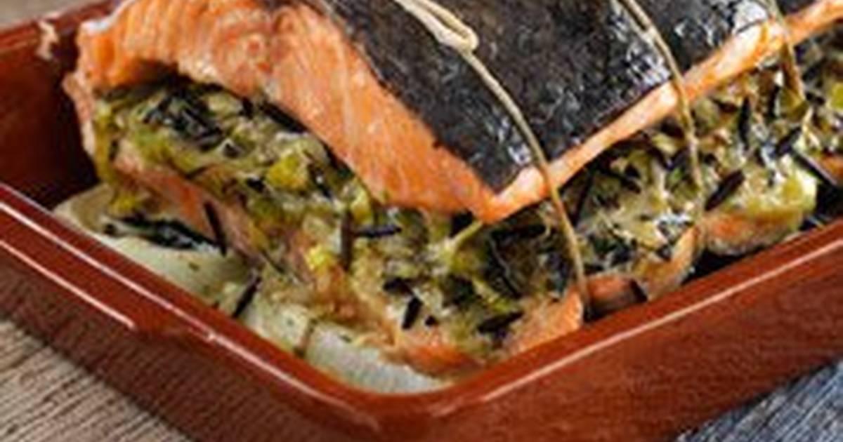 سمك السلمون مع حشوة الكرات والأرز البري