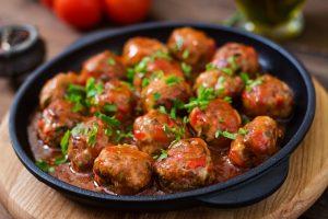 كرات اللحم الحرة مع صلصة الشواء
