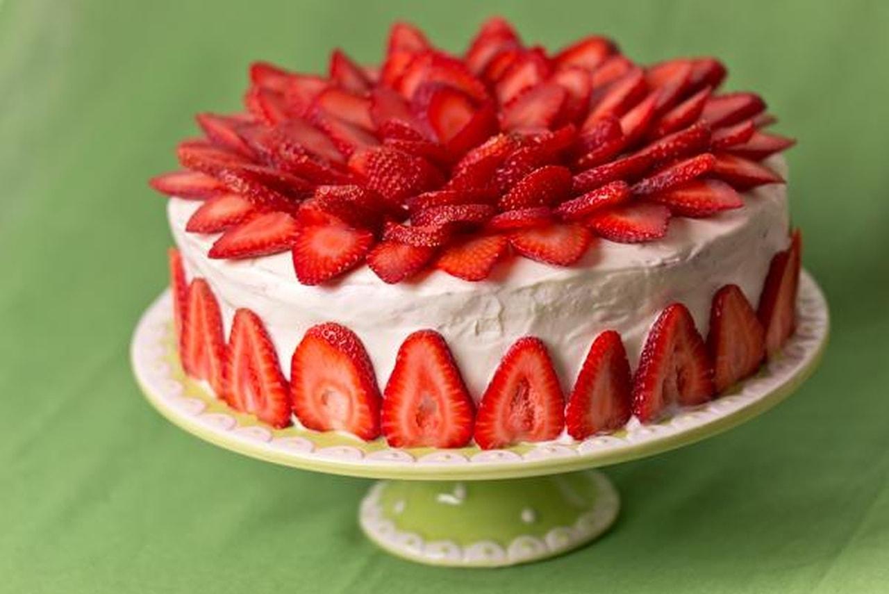 كعكة بالفراولة والكريما
