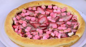 بيتزا الشوكولا بالمارشميلو والفراولة