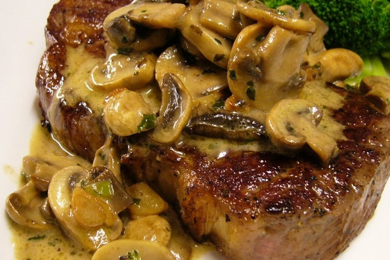 ستيك اللحم بالصلصة وقطع المشروم