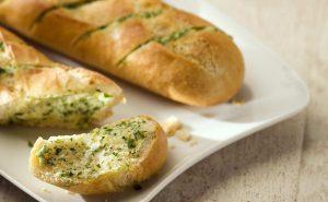 خبز باجيت فرنسي بالجبن والأعشاب