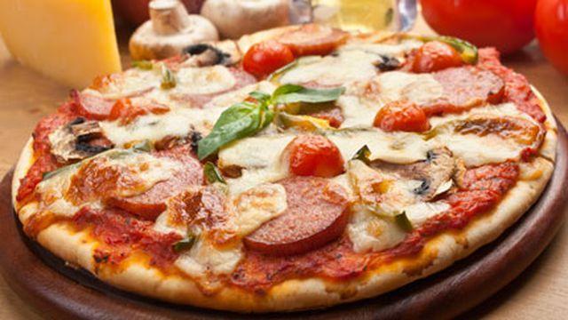 البيتزا بالنقانق