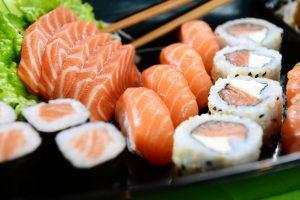 السوشي الياباني بالسلمون