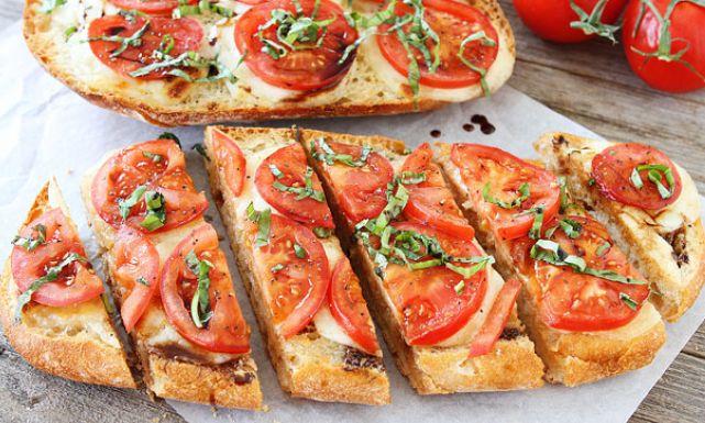 الخبز بالجبن والطماطم
