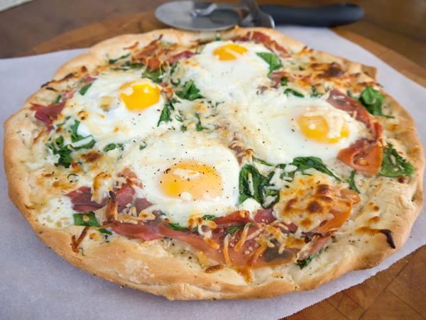 بيتزا البيض والبسطرمة