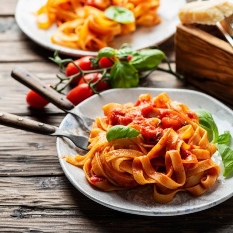 الباستا مع صلصة الطماطم