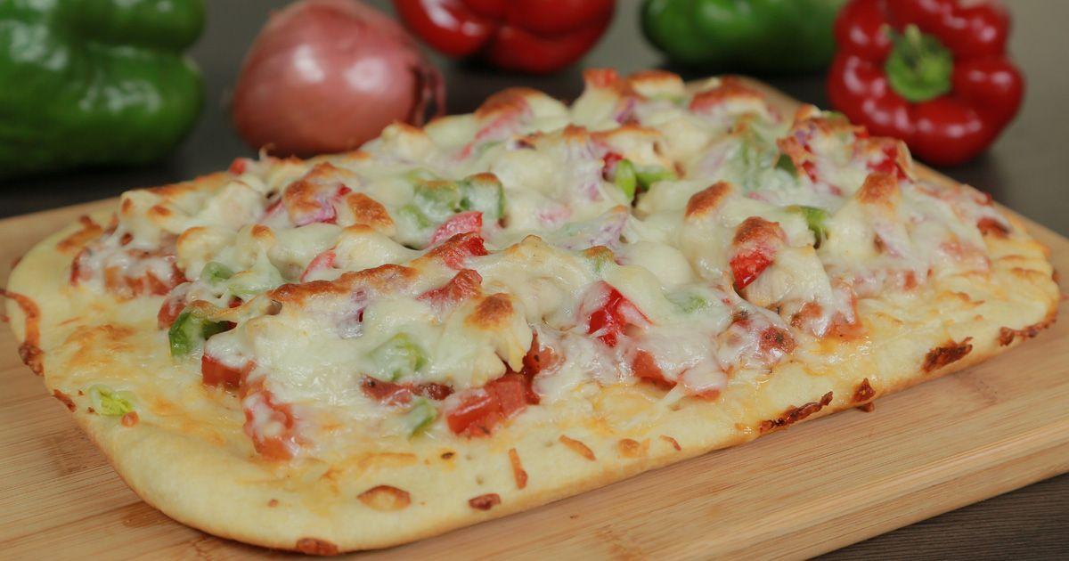 بيتزا بالدجاج والبازيلاء