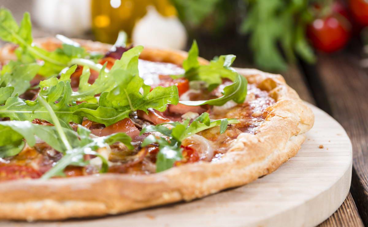 بيتزا الجرجير ونبات الكبر